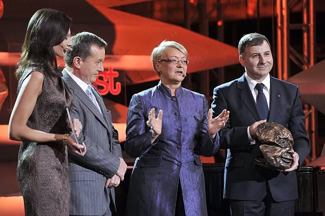 Prezes PKO Banku Polskiego Zbigniew Jagiełło (pierwszy z prawej) wręcza Nagrodę Kisiela założycielowi firmy Solaris Bus & Coach Krzysztofowi Olszewskiemu (drugi z lewej)